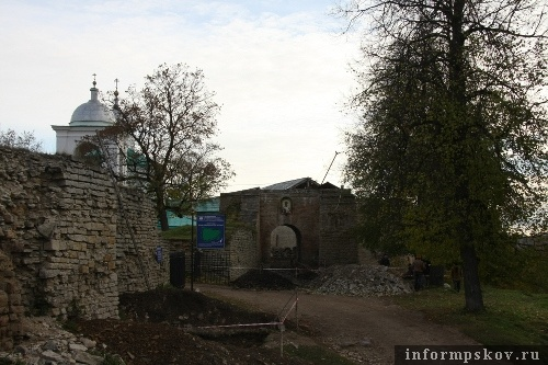 На фото: раскопки на территории Изборской крепости
