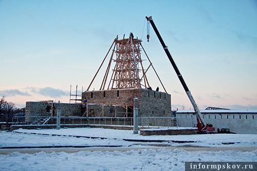 На фото: восстановление шатра Власьевской башни