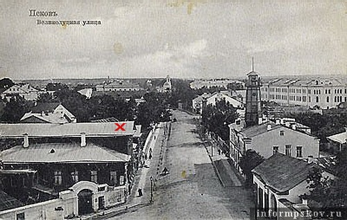 На фото: дом семьи Перовских (слева)