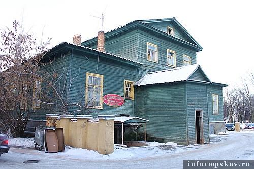 На фото: дворовый фасад дома