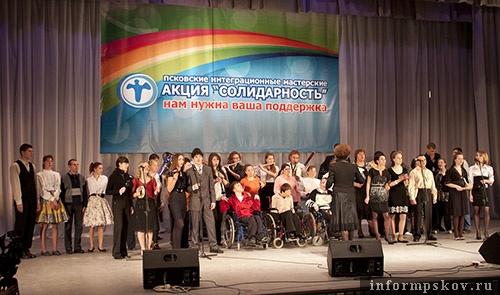 На фото: хоровой и танцевальный коллектив мастерских
