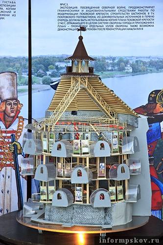На фото: макет Покровской башни