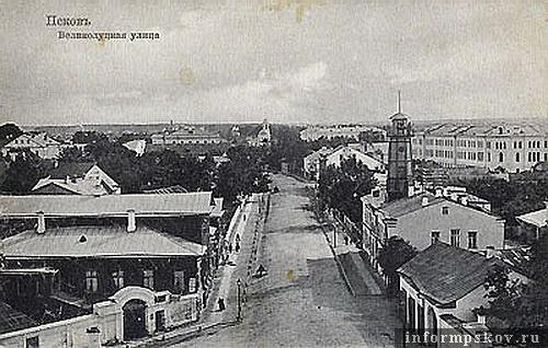 На фото: Великолуцкая улица. Справа - полицейское управление