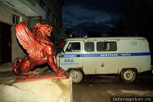На фото: грифон у милиции