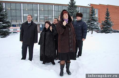 На фото: Иван Цецерский и депутаты во время посещения стадиона