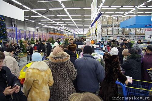 На фото: первые покупатели