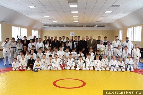 На фото: спортсмены Федерации Кобудо Псковской области