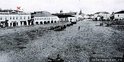 На фото: Хрустальный ряд на Торговой площади Пскова (здание Гордумы обозначено крестом)