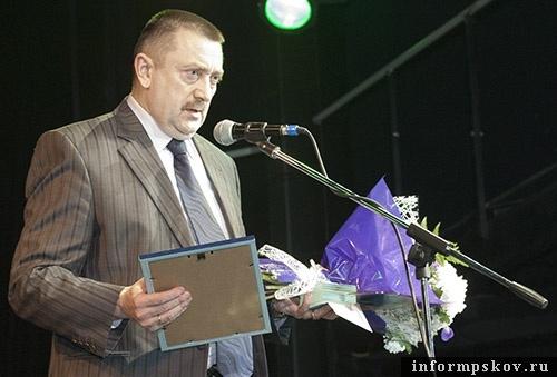 Александр Грузд получает награду «Совхоза «Шелонского», ставшего победителем премии «Народное признание»