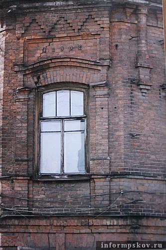 На фото: дата постройки второго этажа