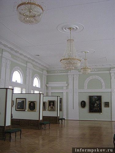 На фото: Большой зал школы, ныне - картинная галерея Псковского музея-заповедника