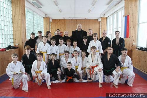 На фото: Николай Валуев и члены детской сборной Псковской области по кобудо