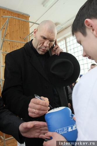 На фото: Николай Валуев раздаёт автографы