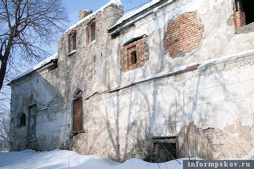 На фото: сеегодня «развалины древнего дома» облюбовали бомжи