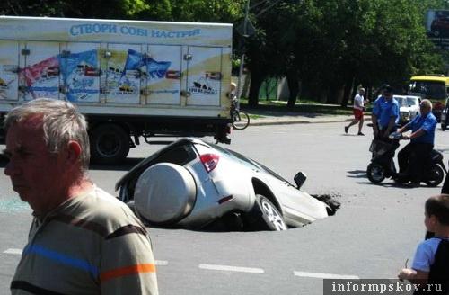 На фото: провал дорожного покрытия