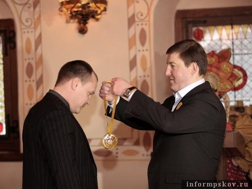 Купив блин, испеченный губернатором, Олег Брячак удостоился Масленичного ордена милосердия