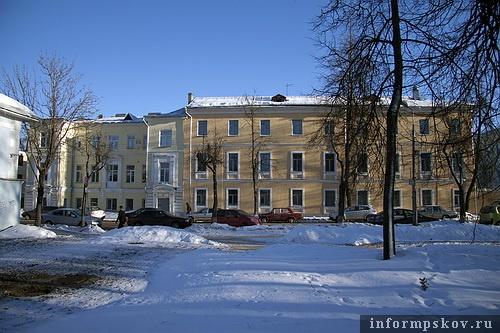 На фото: вид на дом из Кутузовского сквера