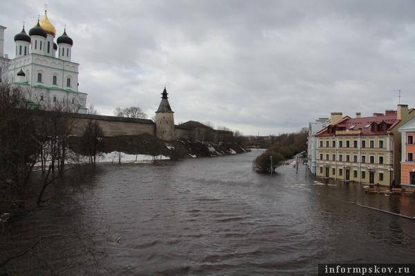 На фото: река Пскова вышла из берегов