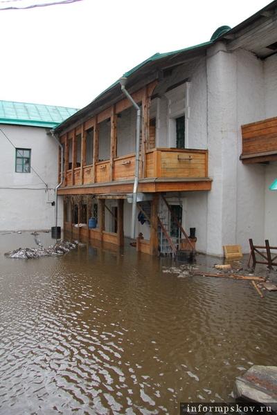На фото: подтопление территории Мирожского монастыря (фото В. Никитина)