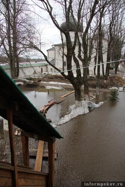 На фото: подтопление территории Мирожского монастыря