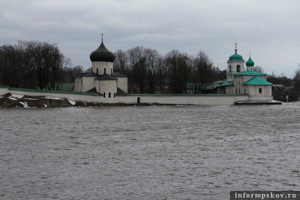 На фото: река Великая вышла из берегов (фото В. Никитина)