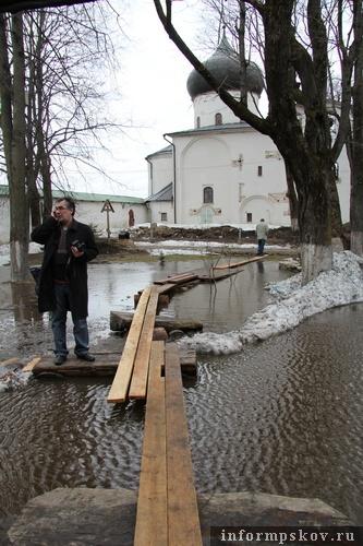На фото: Юрий Киселёв на мостках в Мирожском монастыре (фото В.Никитина)
