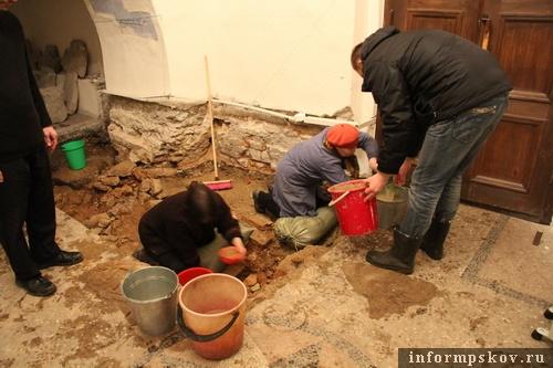 На фото: волонтёры и сотрудники музея вычерпывают воду (фото В.Никитина)