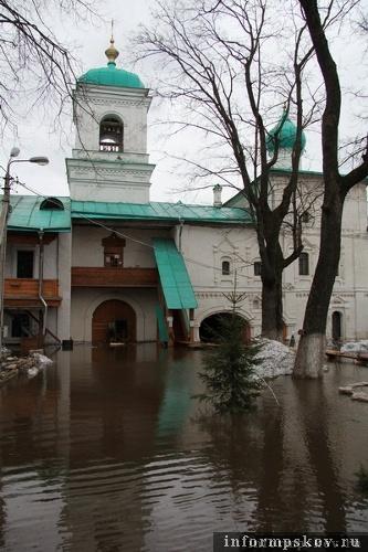 На фото: наводнение в Мирожском монастыре (фото В.Никитина 9 апреля)