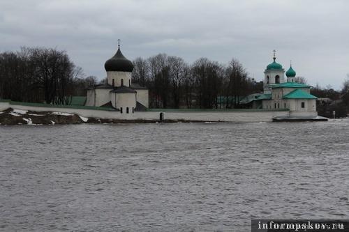 На фото: река Великая вышла из берегов (фото В.Никитина 9 апреля)