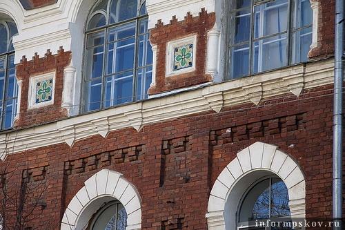 На фото: декор фасада здания