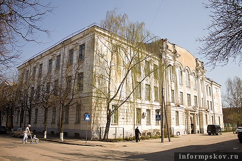 На фото: бывшее здание Мариинской гимназии, ныне - Технический лицей. (ул. Некрасова, 9)