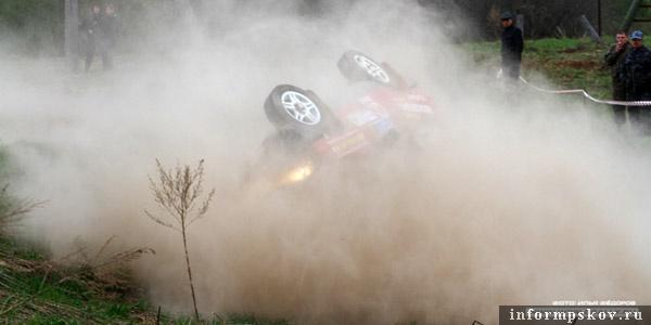 На фото: переворот автомобиля Сергея Ильина и Олега Стебнюка