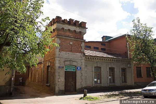 На фото: фасад кадетского тира