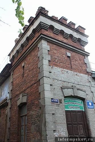 На фото: «средневековая» башня