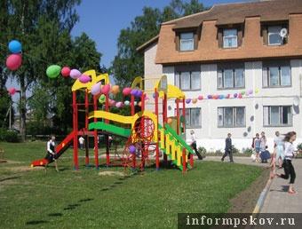 На фото: детская площадка в Воронцово (фото pskov.ru)