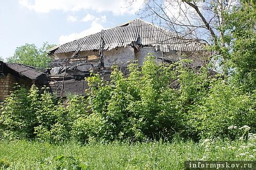 На фото: сгоревшая крыша подызбицы