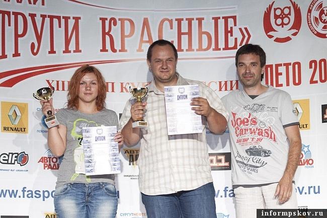 На фото: (слева направо) Екатерина Медведева, Алексей Блохин и председатель федерации автоспорта Псковской области Олег Мыслевич