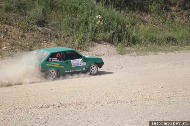 На фото: Сергей Ильин и Артём Яковлев на трассе гонки