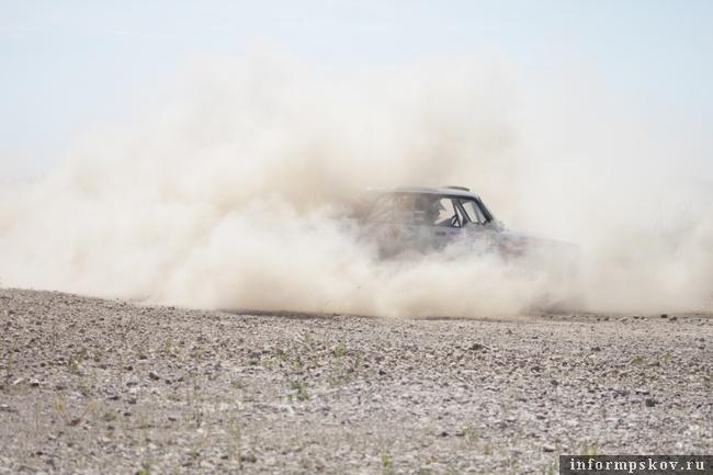 На фото: участники и пыль на трассе ралли