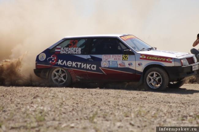 На фото: Сергей Алексеев и Сергей Ильин на трассе гонки