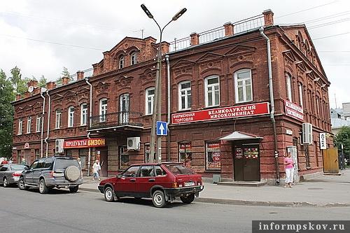 На фото: Дом крестьянина (К. Маркса, 20)