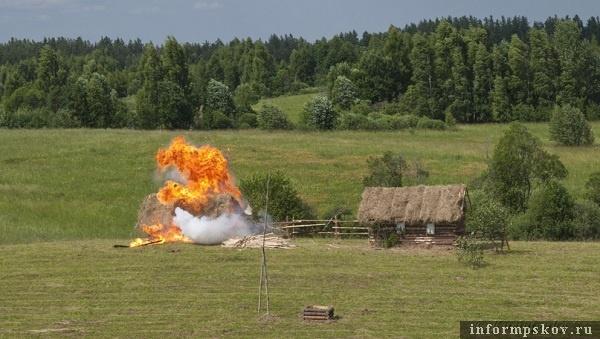 На фото: взрыв бутафорского дома (фото организаторов)