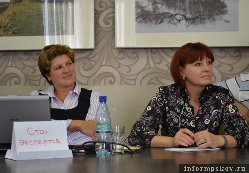 На фото: Наталья Соколова и Ольга Василенко слушают доклады учеников Летней школы
