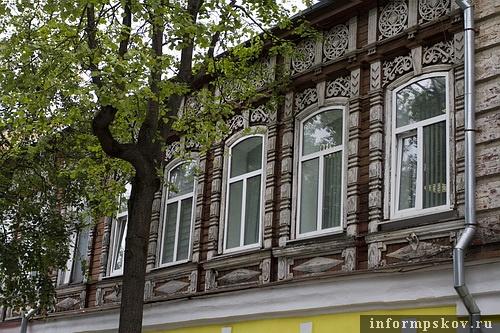 На фото: второй этаж дома с изящной резьбой на фасаде