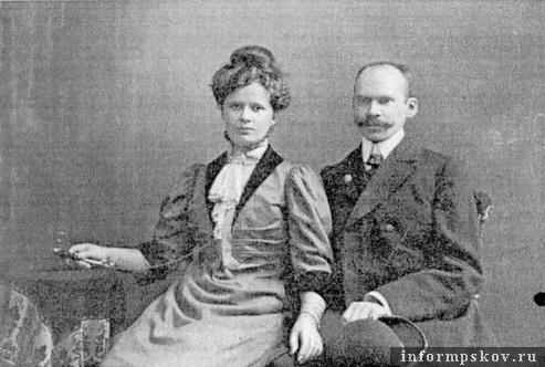 На фото: Эдуард Гермейер с женой в год окончания постройки театра