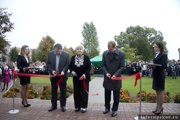 На фото: открытие памятника Зиновию Гердту