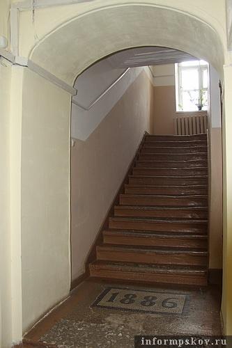 На фото: главная лестница