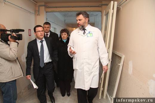 на фото: осмотр больницы
