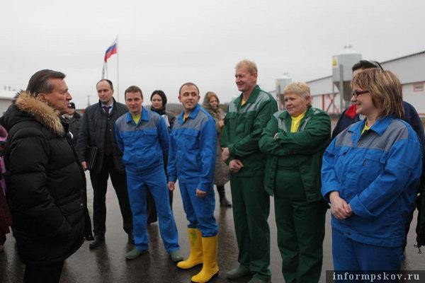 На фото: Виктор Зубков общается с коллективом предприятия (фото с pskov.ru)