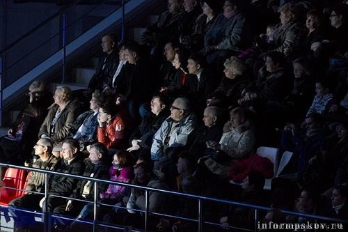 На фото: зрители ледового шоу